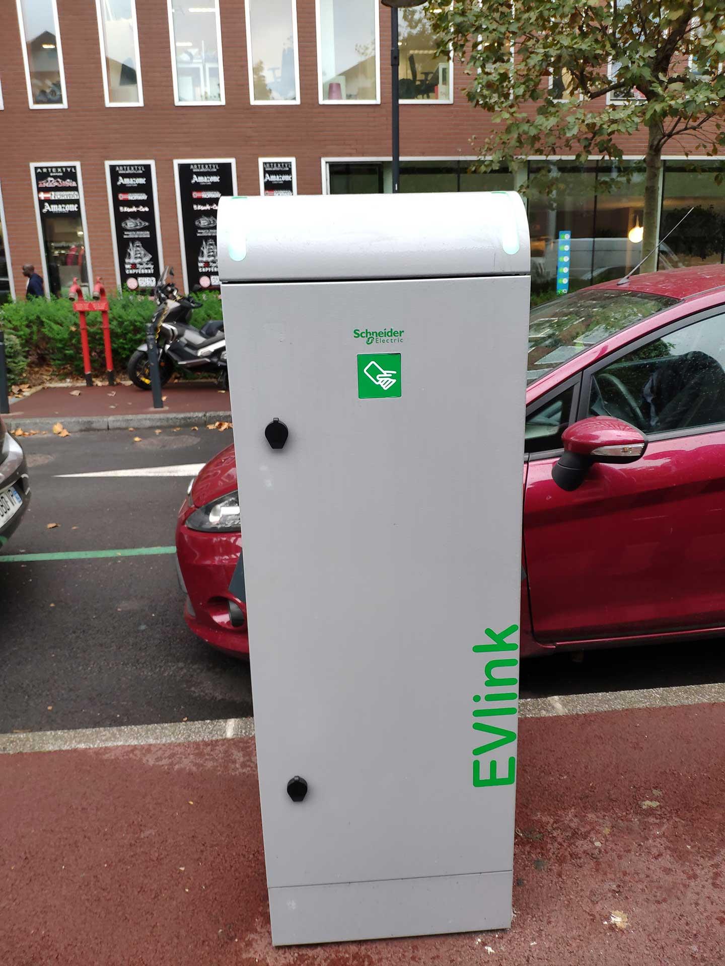 borne de recharge parking extérieur véhicule électrique Icade
