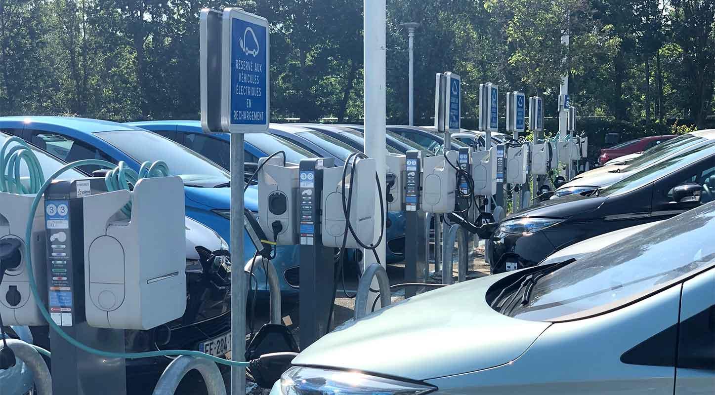 borne de recharge véhicule électrique parking Renault Technocentre